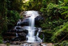 L?ng exponering av Montha ?n vattenfallet i djungeln av Chiang Mai Thailand fotografering för bildbyråer