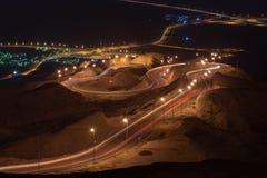 L?ng exponering f?r nattetid av synvinkeln av den vridna huvudv?gen p? Jebal Hafeet aka Jebel Hafit i Al Ain, UAE royaltyfri foto
