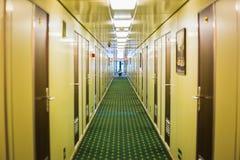 L?ng korridor av kryssningskeppet arkivfoto