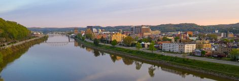 L?ng panoramautsikt Charleston West Virginia Capitol City arkivfoto