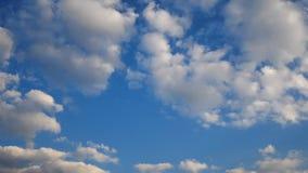 l?ngd i fot r?knat 4K av bl? himmel med det vita p?siga molnet och guld- ljus p? solnedg?ng- eller soluppg?ngtid p? den molniga d stock video