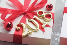 l'or 2018 numérote le texte avec le cadeau photographie stock libre de droits