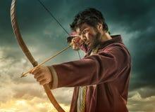 L'obiettivo del tiro con l'arco degli uomini - vicino Fotografia Stock Libera da Diritti