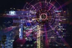 L'obiettivo di laser cyber su una città di notte ha offuscato il fondo Fotografia Stock