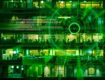 L'obiettivo di laser cyber su una città di notte ha offuscato il fondo Immagini Stock