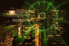 L'obiettivo di laser cyber su una città di notte ha offuscato il fondo Immagine Stock