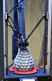 L'objet imprimé sur l'imprimante 3d se tient sur le bureau de l'imprimante 3d gyroscopique Image libre de droits