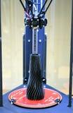 L'objet modèle imprimé sur l'imprimante 3d est à l'intérieur de l'imprimante 3d Photos stock