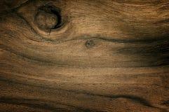 L'obscurité a noué le bois de noix s'est fanée texture Fond en bois superficiel par les agents par noix naturelle Photographie stock