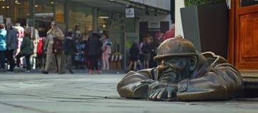 L'observateur - homme à la statue Bratislava 2 de travail images stock