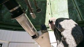 L'observateur professionnel en gros plan d'ingénieur d'A d'un coronographe solaire à un observatoire solaire travaille avec un té clips vidéos