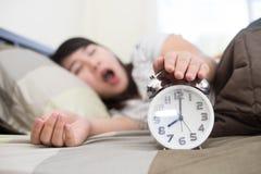 L'obtention de jeune femme a soumis à une contrainte au sujet de se réveiller trop tôt, peu profond Images stock