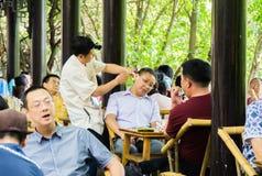 L'obtention de vos oreilles a nettoyé à un salon de thé chinois image libre de droits