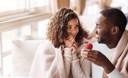 L'obtention gaie de couples d'Afro-américain s'est engagée dans le café Photo libre de droits