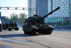 """L'obusier autopropulsé simple-barreled parartillerie russe de 152 millimètres du """"Koalition-SV """"va sur des rues de ville photo stock"""