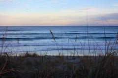 L'Océan Atlantique en Floride près de coucher du soleil images stock