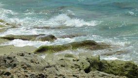 L'Océan Atlantique sur les roches images stock