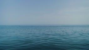 L'océan bleu tranquille et calme arrose, méditation d'horizon banque de vidéos
