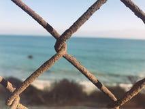 L'océan de plage s'est rouillé barrière photos stock