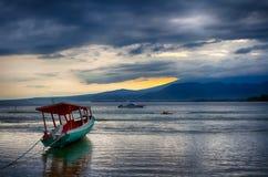 L'Océan Indien, marée basse, bateaux de pêche L'Indonésie Gili Air Début de la matinée, marée basse Photo libre de droits