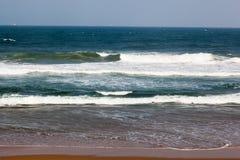L'Océan Indien ondule à la plage d'Umhlanga image stock