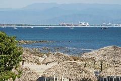 L'océan pacifique avec des palapas photo libre de droits