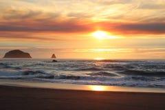 L'océan pacifique de coucher du soleil de côte spectaculaire de l'Orégon Photo stock