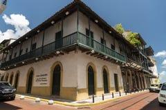 L'océan vers l'océan cruiseBalconied le bâtiment dans une petite rue, vieille ville, Panamá City, Panama photographie stock libre de droits