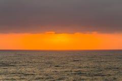 L'océan opacifie l'horizon de coucher du soleil de lever de soleil Photos libres de droits
