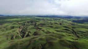L'occhio aereo dell'uccello ha sparato dei campi e delle colline verdi stock footage