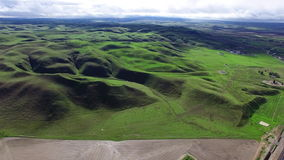 L'occhio dell'uccello ha sparato delle colline verdi e del campo della piantagione video d archivio