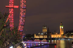L'occhio di Londra è la ruota panoramica più alta in Europa, in Big Ben ed in abbazia di Westminster a Londra, Regno Unito Fotografie Stock Libere da Diritti