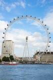 L'occhio di Londra, ferris spinge dentro un pomeriggio dell'estate a Londra Immagine Stock