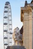 L'occhio di Londra, la ruota di ferris ed il leone gettano un ponte sulla statua Immagine Stock Libera da Diritti