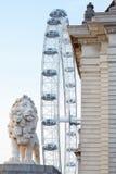 L'occhio di Londra, la ruota di ferris ed il leone gettano un ponte sulla statua a Londra Fotografia Stock