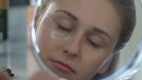 L'occhio di presa femminile del gel rattoppa fuori, godendo dell'effetto di pelle perfetto, idratante video d archivio