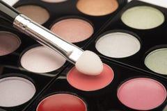 L'occhio rosa-chiaro compone con una spazzola Fotografia Stock