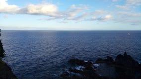 L'Oceano Atlantico e una piccola barca a vela all'isola del Madera, Portogallo Fotografia Stock