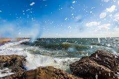 L'Oceano Atlantico nel parco del punto del faro a New Haven Connecticut fotografia stock libera da diritti