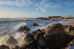 L'Oceano Atlantico nella riva del nord del Portogallo Immagine Stock