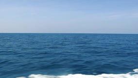 L'oceano blu, cielo e spruzza dalla barca archivi video