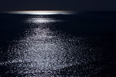 L'oceano da Moonlight immagine stock libera da diritti