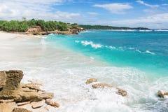L'oceano del turchese e la spiaggia di sogno Immagini Stock
