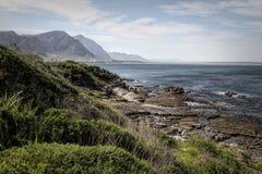 L'oceano e la costa abbelliscono in Hermanus, Sudafrica fotografia stock libera da diritti