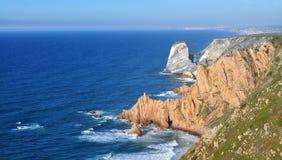 L'oceano e le scogliere fotografia stock