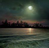 L'oceano, il tramonto e la luna Fotografia Stock