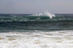 L'Oceano Indiano ondeggia fuori dalla spiaggia di Yallingup fotografia stock libera da diritti