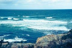 L'oceano potente con le rocce fotografia stock