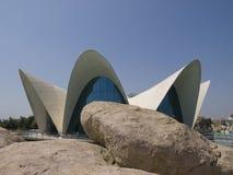 L `-Oceanografic byggnad med reflexioner i vattenomgivning royaltyfri fotografi