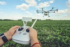 L'octocopter de contrôle d'homme ou à télécommande pour le bourdon dans les mains Photos libres de droits